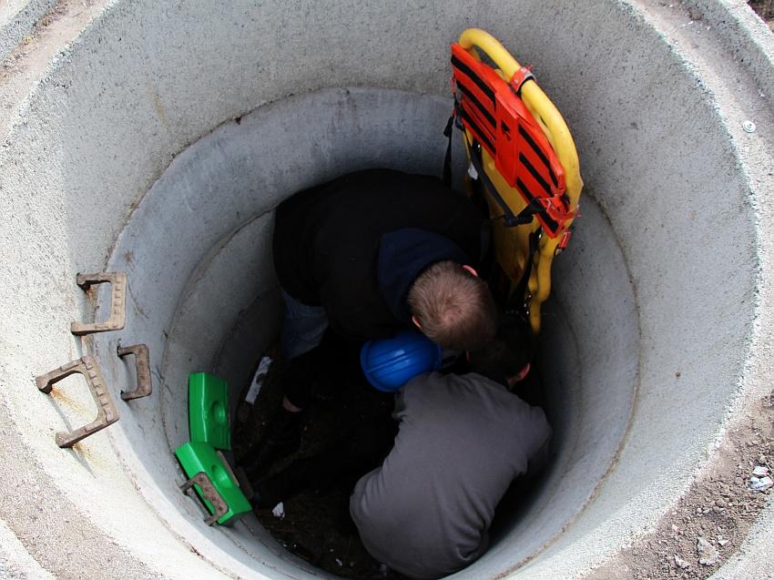 I kolejne zadanie. Nieostrożni pracownicy wpadli do niepłytkiej studni. Pierwszego wyciągnęliśmy my. W zespole trzyosobowym. Ciekawe, jak poradzą sobie koledzy we dwójkę?