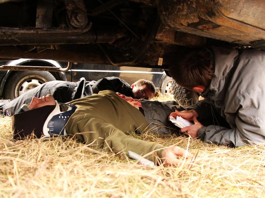 I ostatnie zadanie, wypadek drogowy. Poszkodowani w pojazdach, pod pojazdami, na pojazdach, w krzakach, w...a sam już nie wiem, gdzie oni wszyscy się pochowali...
