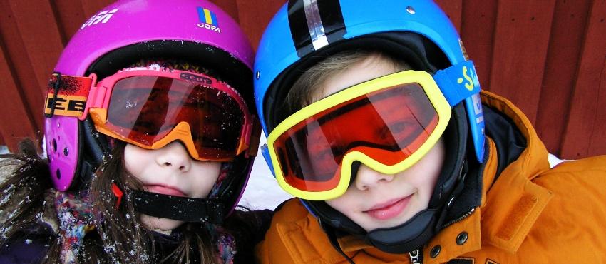 Dzieci na stoku narciarskim