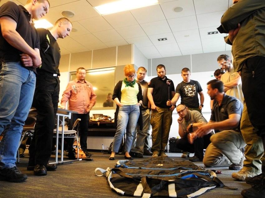 Prezentacja płachty ewakuacyjnej. Ten model służy do transportu rannego na wciągarce do śmigłowca.