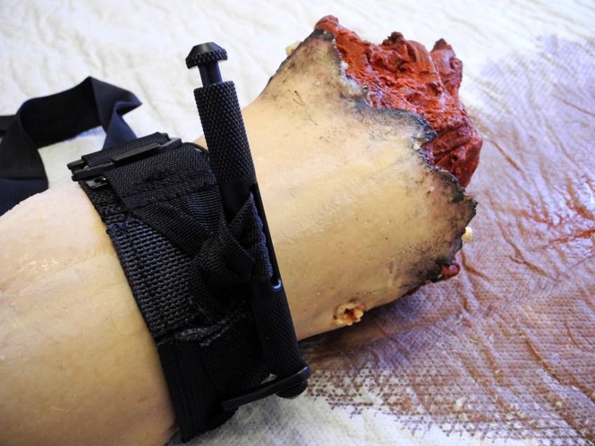 Staza SOFTT założona w trakcie ćwiczeń na krwawiącą kończynę.